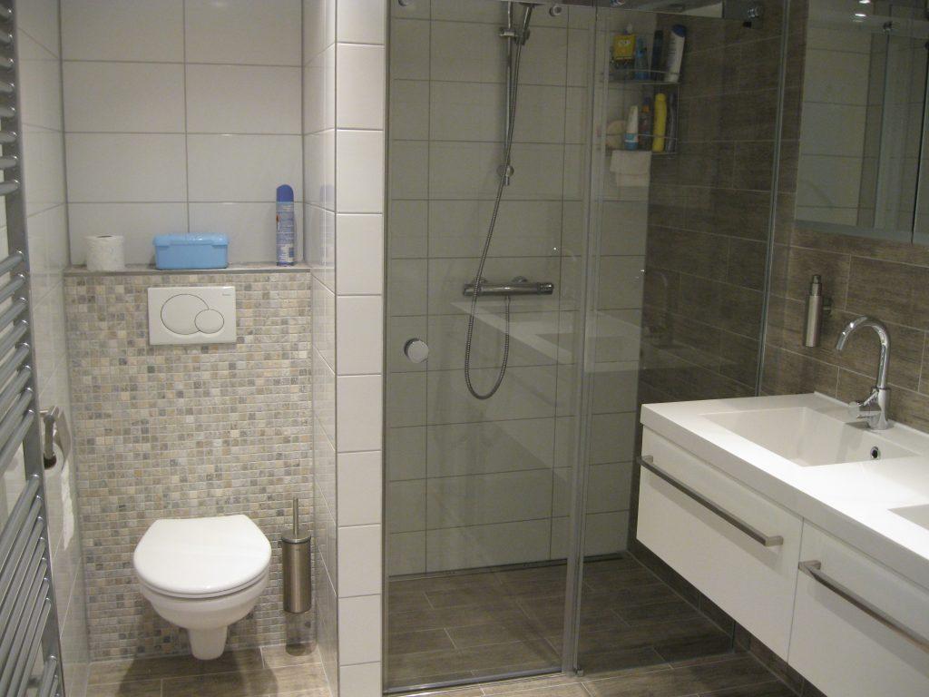 Badkamers maasland bakker tegels badkamers - Hout voor de badkamer ...