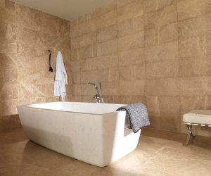 Tegels in badkamervloer en wand