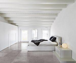 Keramische tegelvloer in slaapkamer