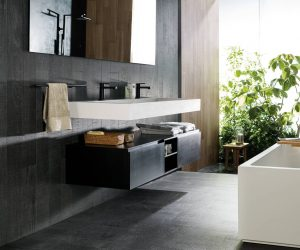 Donkere tegels in badkamer
