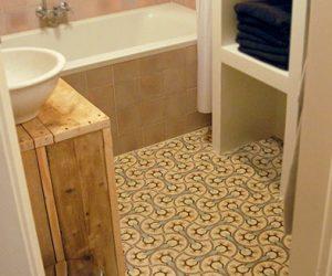 Badkamer met Portugese tegelvloer