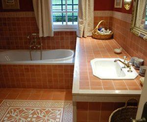 Badkamer met gekleurde tegels